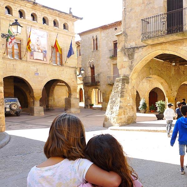 Gimcana Picasso a Horta de Sant Joan amb nens i nenes d'unes colònies escolars amb la casa de colònies Els Olivers